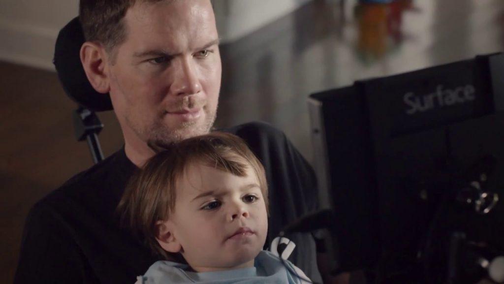 Microsoft: Windows 10 mit Augenbewegungen bedienen - Steve Gleason und Sohn (Bild: Microsoft)
