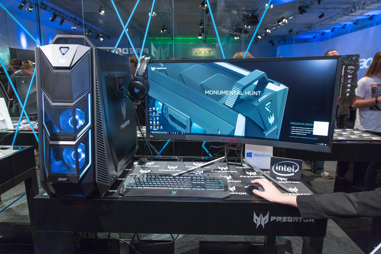Acer Predator Orion 9000: 18 Kerne und vier RX-Vega-64-Karten reichen für Crysis - Der PC steht neben einem Gaming-Monitor von Acer. (Bild: Martin Wolf/Golem.de)