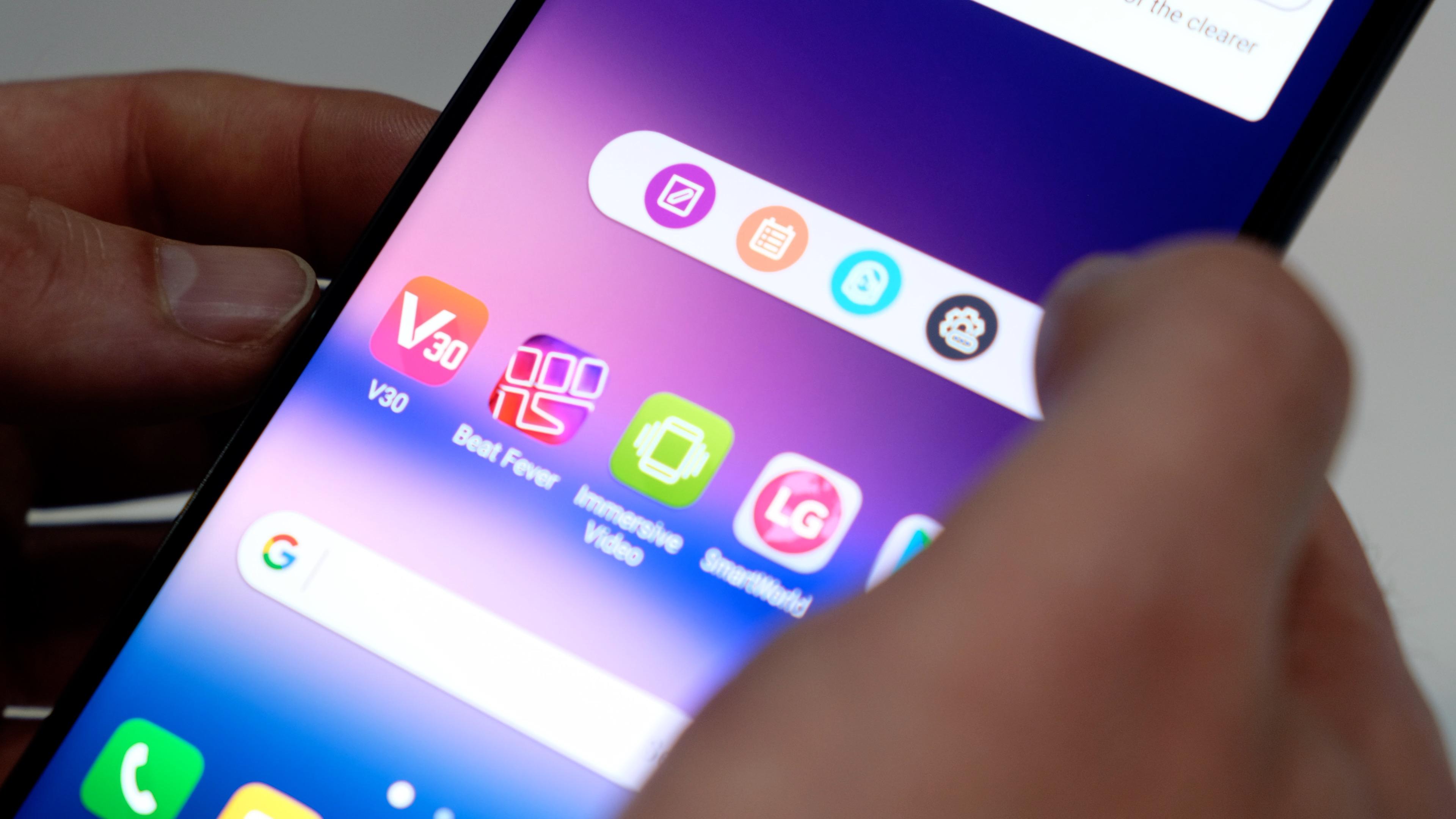 Smartphone: LG bringt V30 für 900 Euro auf den Markt - LG setzt beim V30 auf eine Floating Bar. (Bild: Michael Wieczorek/Golem.de)