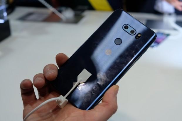 Auf der Rückseite des V30 befinden sich die Dualkamera und der Fingerabdrucksensor. (Bild: Michael Wieczorek/Golem.de)