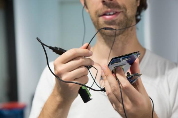Das Telefonieren mit der Konstruktion und einem Headset ist allerdings nicht ganz trivial und erfordert beide Hände. (Bild: Martin Wolf/Golem.de)