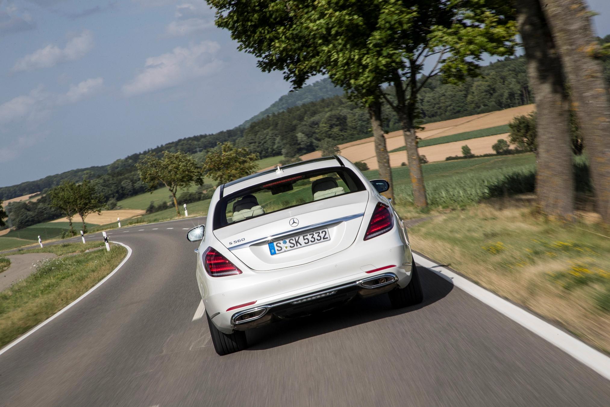 Mercedes S-Klasse im Test: Das selbstfahrende Auto ist schon sehr nahe - Die neue S-Klasse kann ihre Geschwindigkeit automatisch dem Kurvenlauf anpassen. (Foto: Daimler)