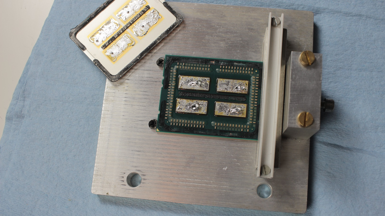 AMD: Threadripper nutzt vier belichtete Dies - Abhebeln des Heatspreaders (Foto: Roman '8auer' Hartung)