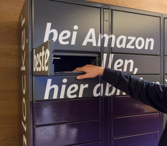 Sobald das Fach mit dem Barcode entsperrt ist, kann die bestellte Ware entnommen werden. (Bild: Martin Wolf/Golem.de)