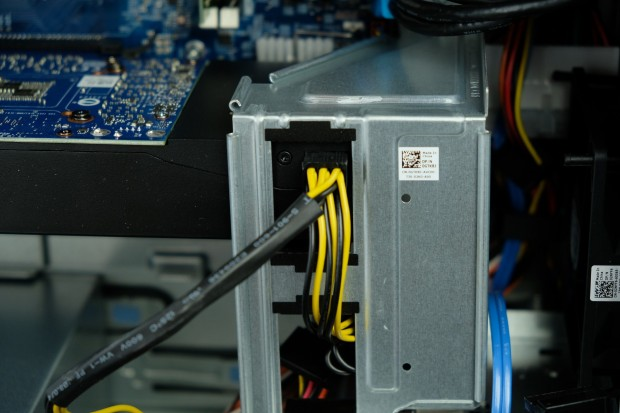 Für eine weitere GPU steht ein weiterer 6+2-Stromstecker zur Verfügung. Das Netzteil hat aber nur 460 Watt.