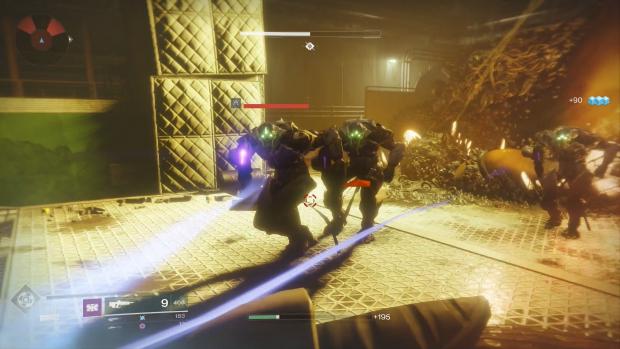 Im hell ausgeleuchteten Innengebiet greifen Aliens an. (Screenshot: Golem.de / Bild: Activision)