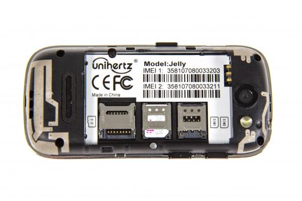 Unter dem Akku sind zwei SIM-Slots und ein Steckplatz für Micro-SD-Karten eingebaut. (Bild: Martin Wolf/Golem.de)