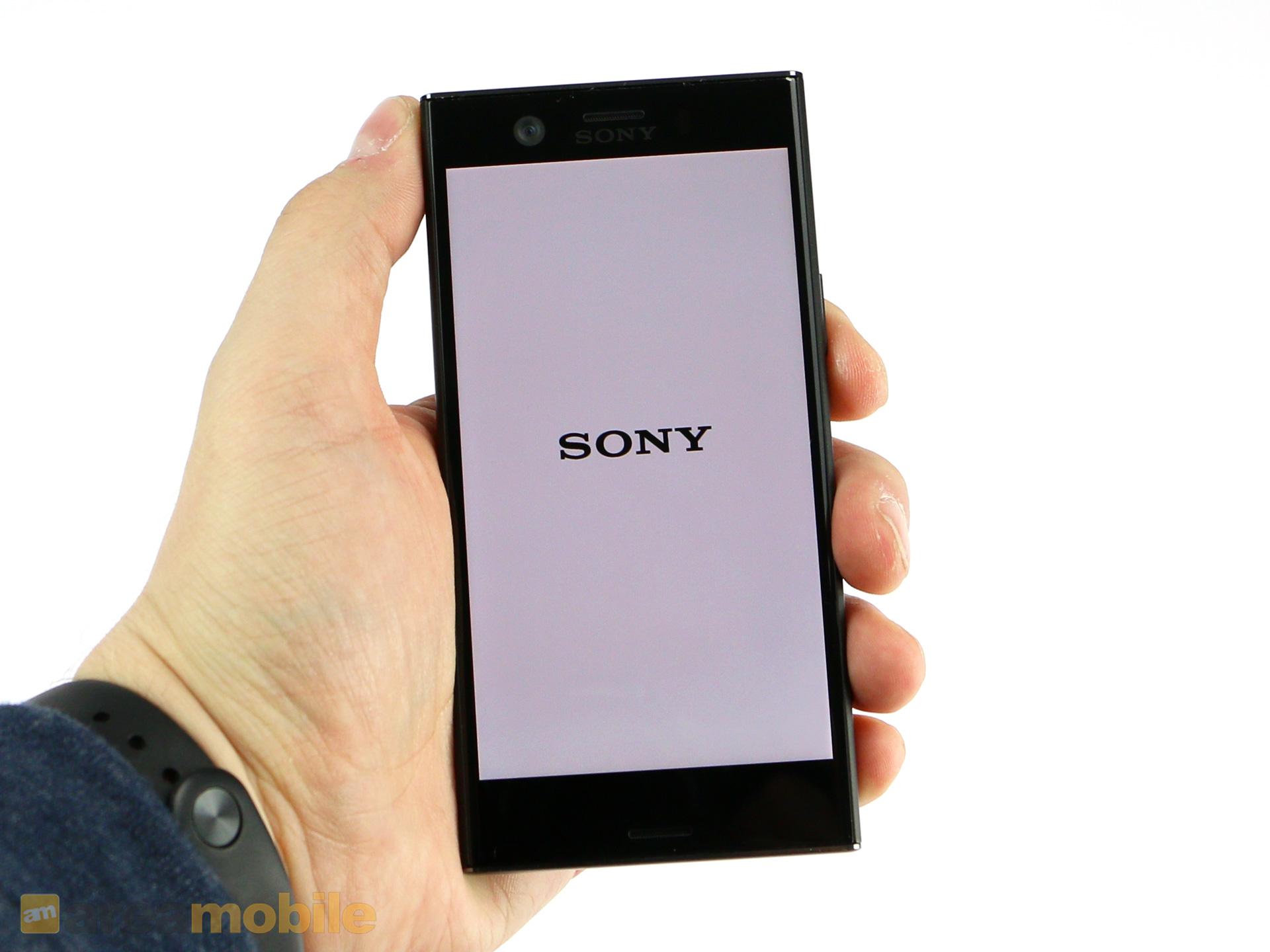 Sony Xperia XZ1 Compact im Test: Alternativlos für Freunde kleiner Smartphones - Das Xperia XZ1 Compact liegt aufgrund seines kleinen Displays gut in der Hand. (Bild: Areamobile)