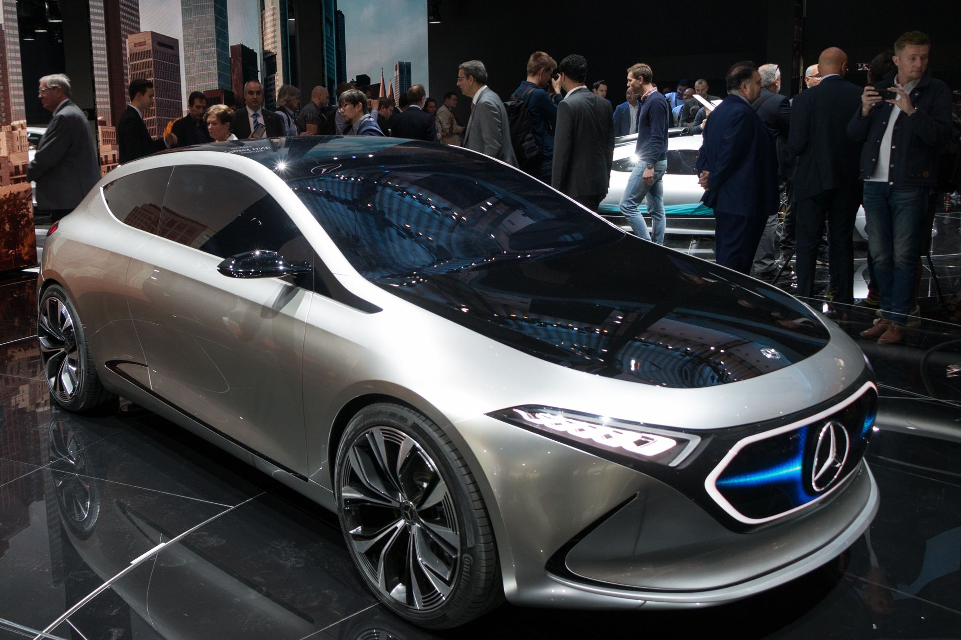 Concept EQA: Mercedes elektrifiziert die Kompaktklasse - Concept EQA af der IAA 2017: So soll Daimlers elektrische Kompaktklasse in Zukunft aussehen. (Foto: Werner Pluta/Golem.de)