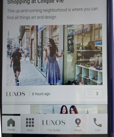 Das Smarthone bietet unter anderem Shopping-Tipps an. (Bild: Hauke Gierow, Golem.de)