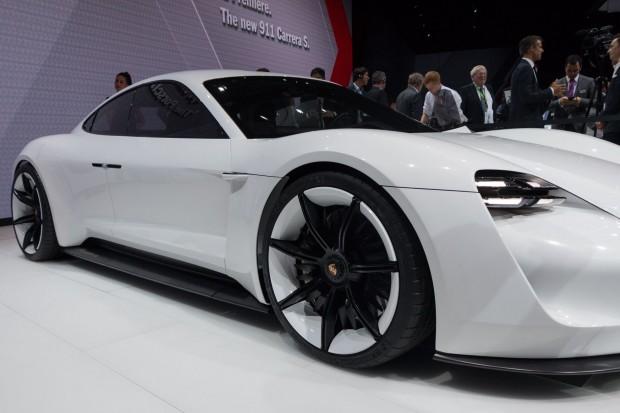 Porsche kann auch rein elektrisch: Der Mission E ... (Foto: Werner Pluta/Golem.de)