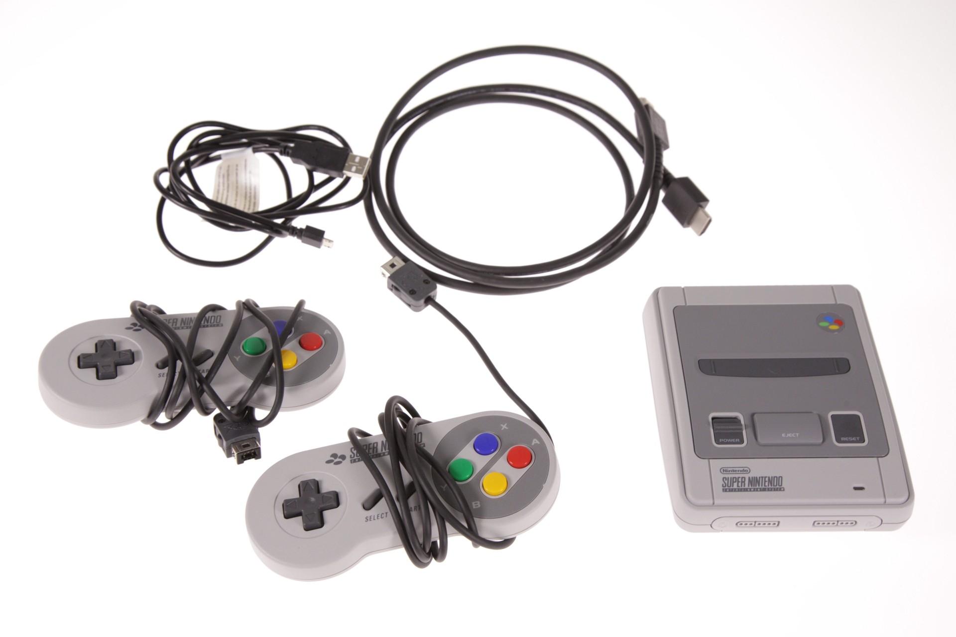 SNES Classic Mini im Vergleichstest: Putzige Retro-Konsole mit suboptimaler Emulation - SNES Classic Mini (Foto: Martin Wolf/Golem.de)