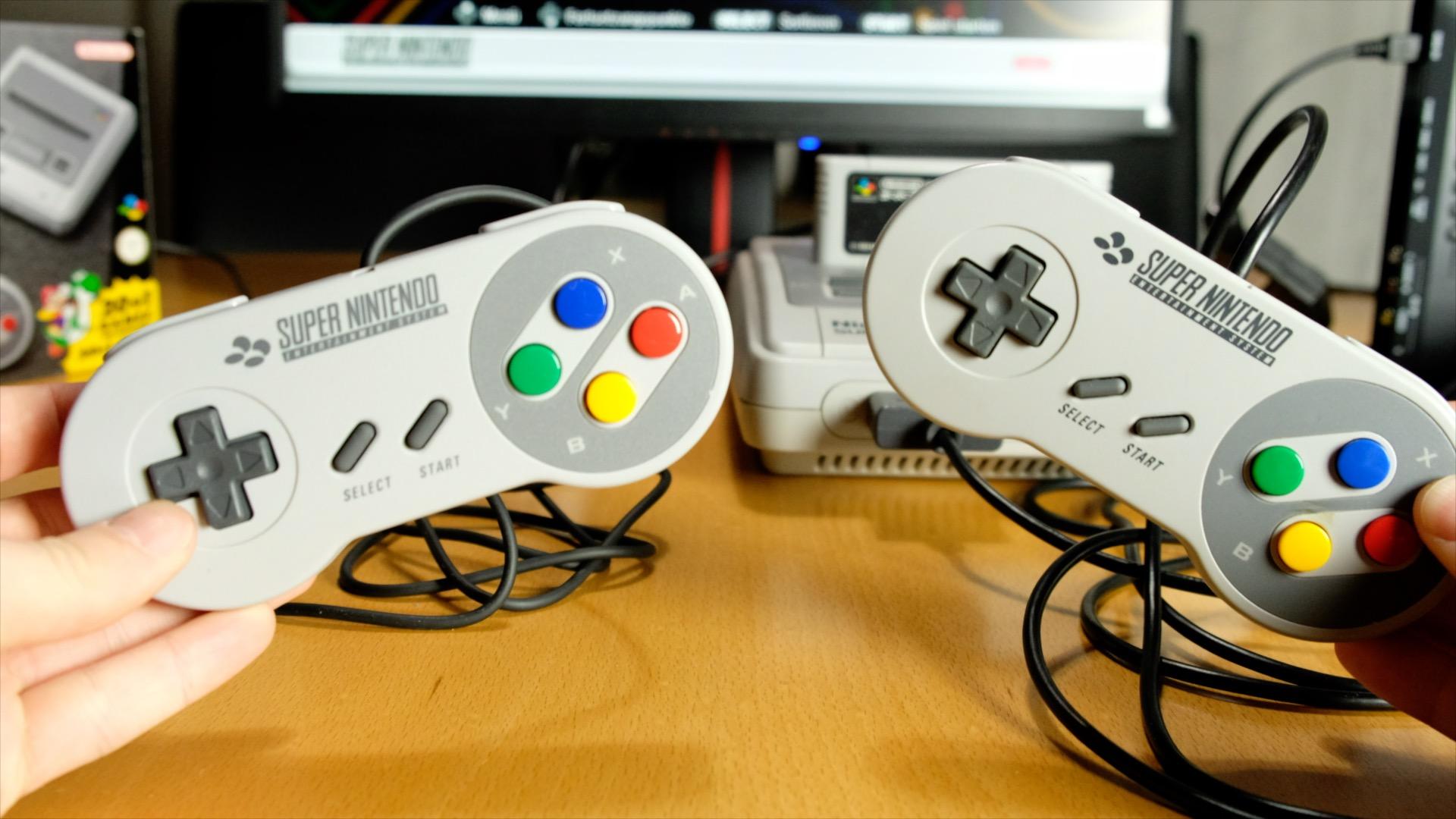 SNES Classic Mini im Vergleichstest: Putzige Retro-Konsole mit suboptimaler Emulation - Links der neue, rechts der alte Controller (Foto: Michael Wieczorek/Golem.de)