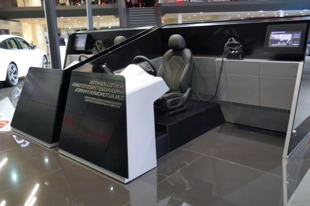 Das BMW-Cockpit-Mockup wirkt von außen betrachtet etwas abstrakt. (Foto: Gaetano Rizzo)