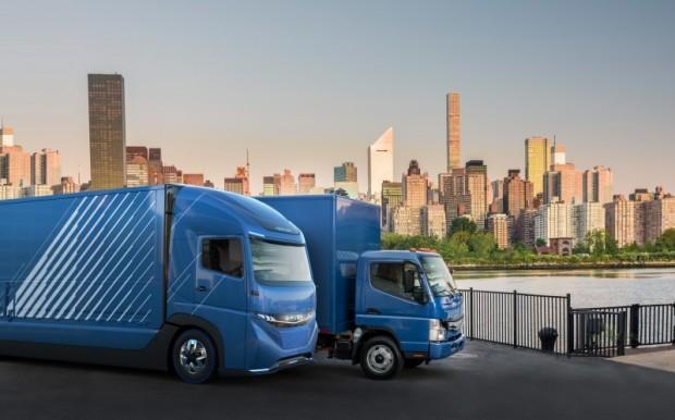 E-Fuso Vision One und E-Canter im Hintergrund (Bild: Daimler)