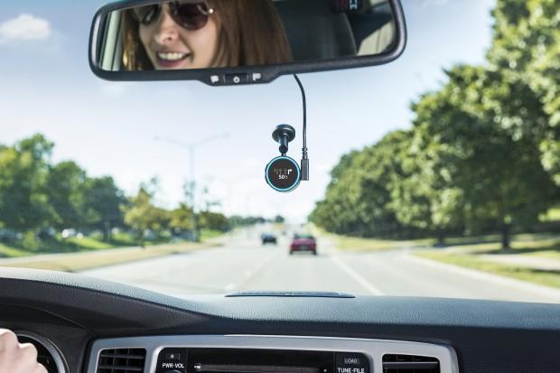 Der im Auto montierte Garmin Speak (Bild: Garmin)