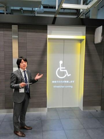 Mitsubishi Electrics Beamer-System kann beispielsweise bei Fahrstühlen den wartenden Personen anzeigen, dass ein Rollstuhlfahrer ausfahren will. (Bild: Tobias Költzsch/Golem.de)