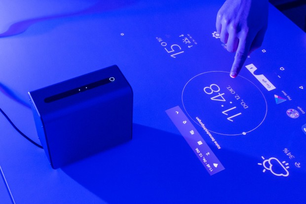 Xperia Touch macht jeden Tisch zum Touchscreen. (Bild: Martin Wolf/Golem.de)