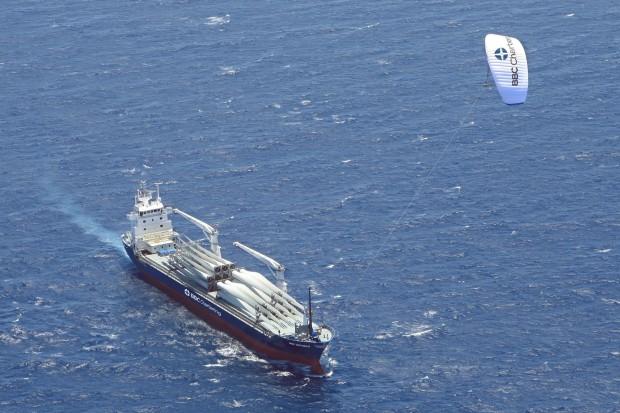 Das Hamburger Unternehmen Skysails setzt einen Lenkdrachen als Hilfsantrieb ein. (Foto: Skysails)