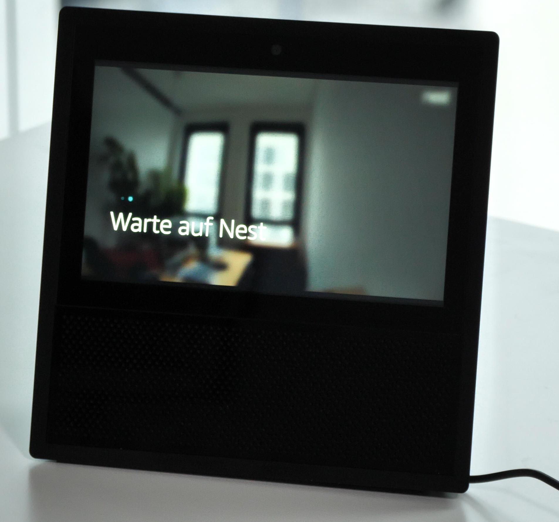 Echo Show vs. Fire HD 10 im Test: Alexa, zeig's mir! - Auf Zuruf zeigt eine Nest-Kamera ein Bild auf dem Display des Echo Show. (Bild: Martin Wolf/Golem.de)