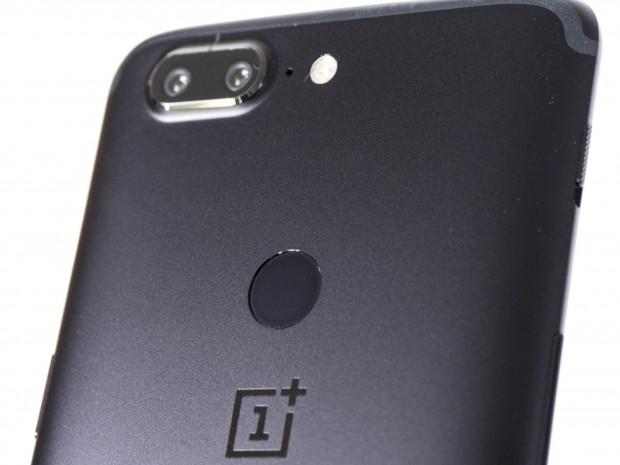 Der Fingerabdrucksensor befindet sich jetzt auf der Rückseite. Bei der Dual-Kamera hat Oneplus das zweite Objektiv samt Sensor ausgetauscht. (Bild: Martin Wolf/Golem.de)