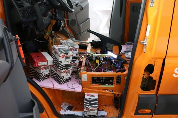 Beim Umrüsten eines Dieselfahrzeugs auf Elektroantrieb muss die komplette Steuerung neu verkabelt werden. (Foto: Friedhelm Greis/Golem.de)