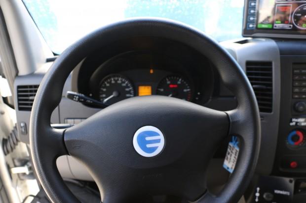 Aus dem Mercedes-Stern wird ein blaues E. (Foto: Friedhelm Greis/Golem.de)