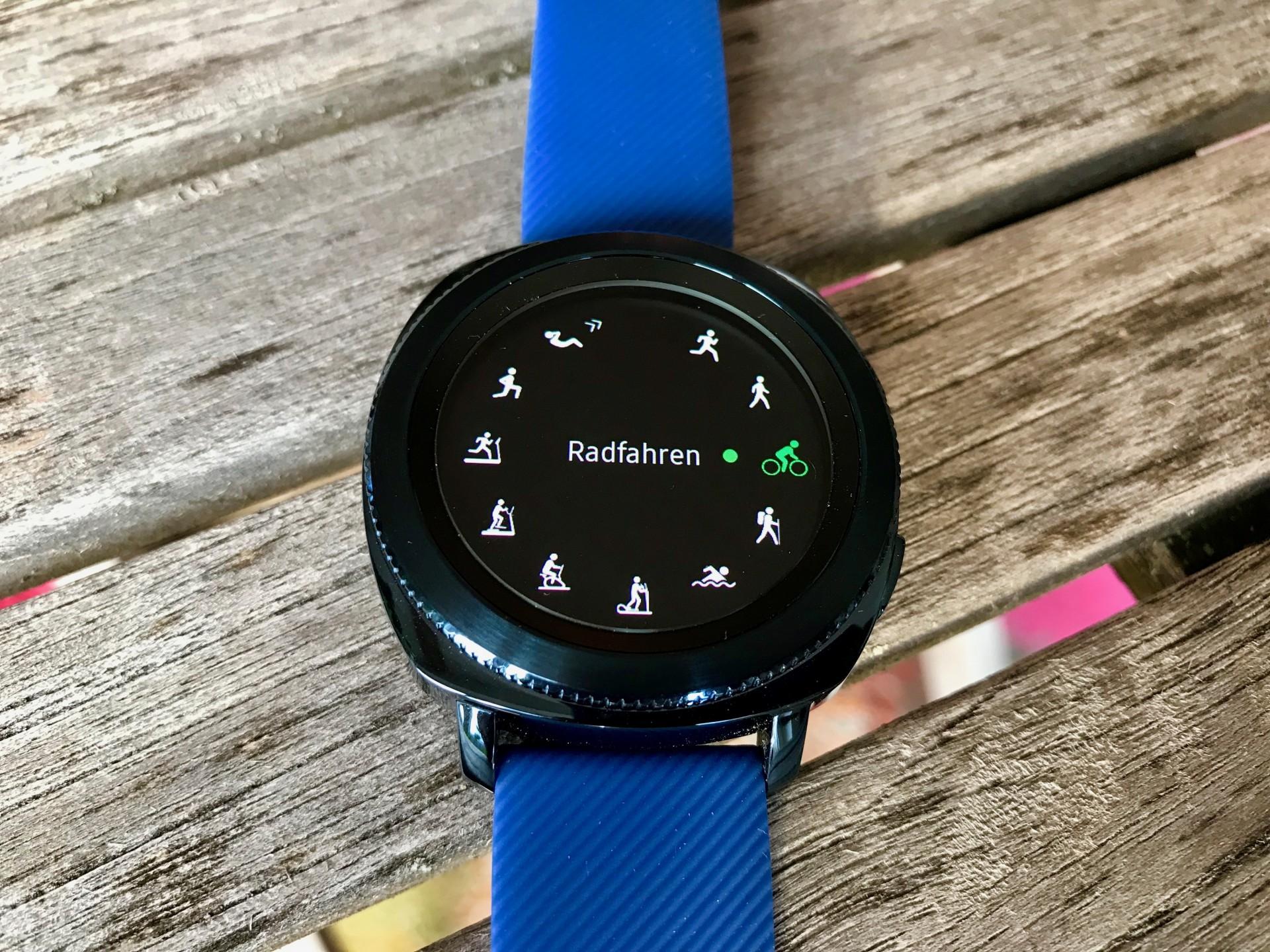 Samsung Gear Sport im Test: Die schlaue Sportuhr - Auf der Uhr selbst finden sich viele vorinstallierte Sportarten zur Auswahl. (Foto: P. Steinlechner / Golem.de)