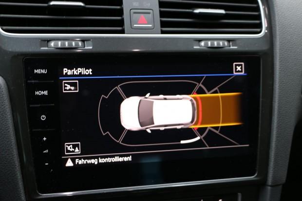 VW bietet für den E-Golf als optionales Zubehör Assistenzsysteme an, darunter einen Parkassistenten... (Foto: Friedhelm Greis/Golem.de)
