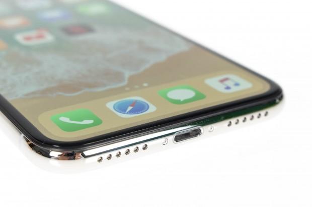Das iPhone X hat einen Rahmen aus Metall und ist sehr gut verarbeitet. (Bild: Martin Wolf/Golem.de)