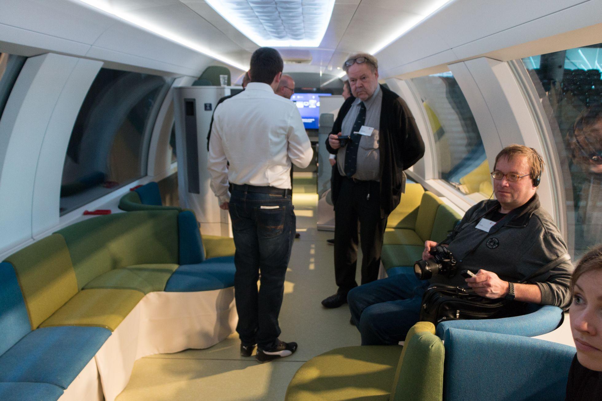 Ideenzug: Der Nahverkehr soll cool werden - Eine Reisegruppe kann sich im Lounge-Bereich niederlassen. (Foto: Werner Pluta/Golem.de)