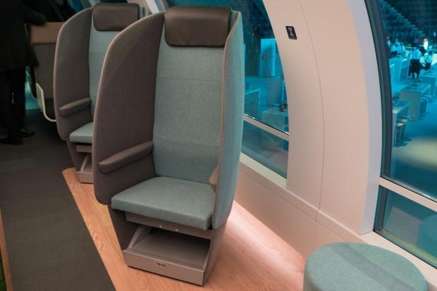 Diese Sitze sind drehbar -  Fahrgäste können sich einander zuwenden oder aus dem Panoramafenster schauen. Die Blende dient als Schallschutz. (Foto: Werner Pluta/Golem.de)