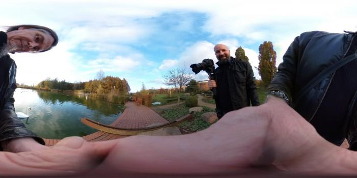 Wir testen 360-Grad-Kameras - hier die Ricoh Theta V. (Foto: Werner Pluta/Golem.de)