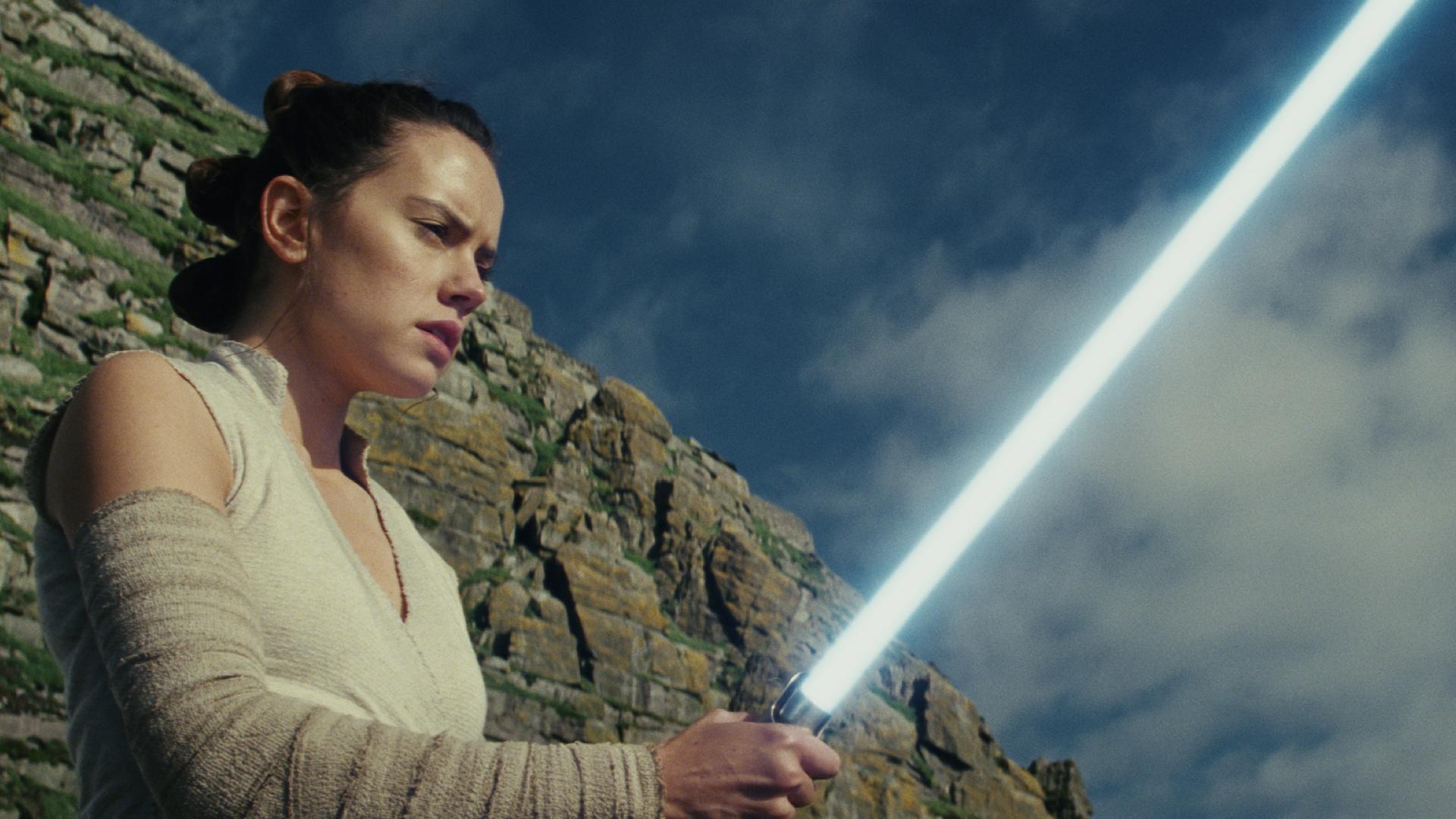 Star Wars - Die letzten Jedi: Viel Luke und zu viel Unfug - Rey mit Lichtschwert auf dem Weg zur Jedi-Ritterin (Bild: Disney/Lucasfilm)