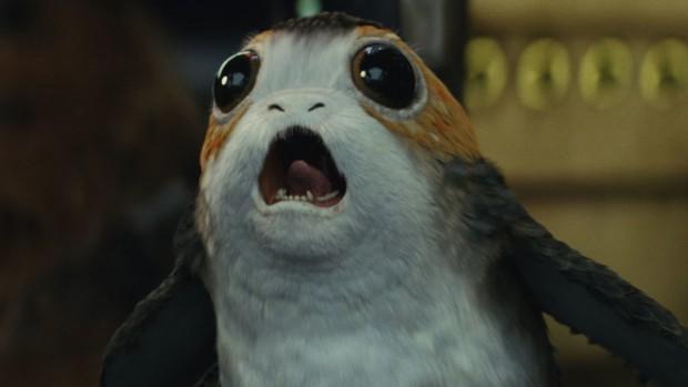 Darf kurz mitfliegen, um die Fanartikelverkäufe anzukurbeln: Ein flauschiger Porg mit Kulleraugen. (Bild: Disney/Lucasfilm)