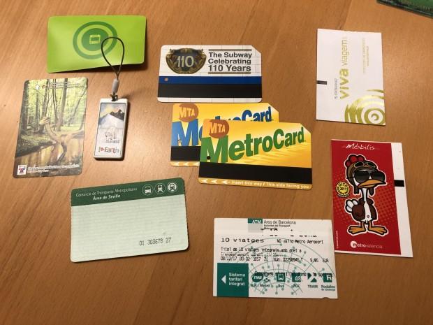Helsinki, Valencia, Sevilla, Bangkok  und Lissabon geben Papiertickets mit Chip aus. Der Anhänger ist aus Seoul (T-Money). Durchaus vertreten: Magnetstreifensysteme (BCN/NYC). (Foto: Andreas Sebayang/Golem.de)