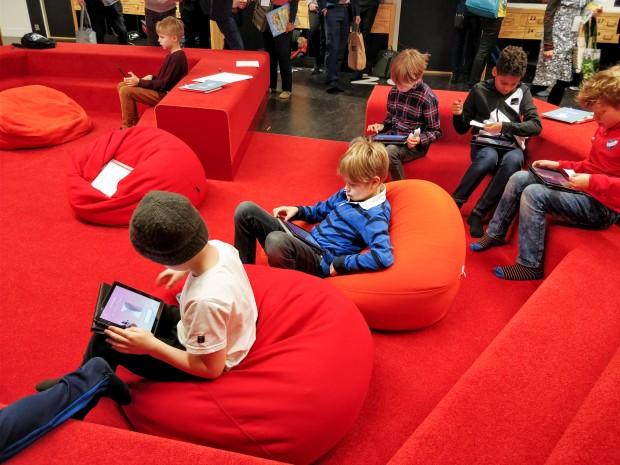 Auf Sitzsäcken sitzend verwenden die Schüler die App Mightifier. (Bild: Tobias Költzsch/Golem.de)