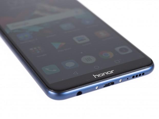Das Honor 7X wird mit einem Micro-USB-Kabel geladen und hat einen Klinkenanschluss. (Bild: Martin Wolf/Golem.de)