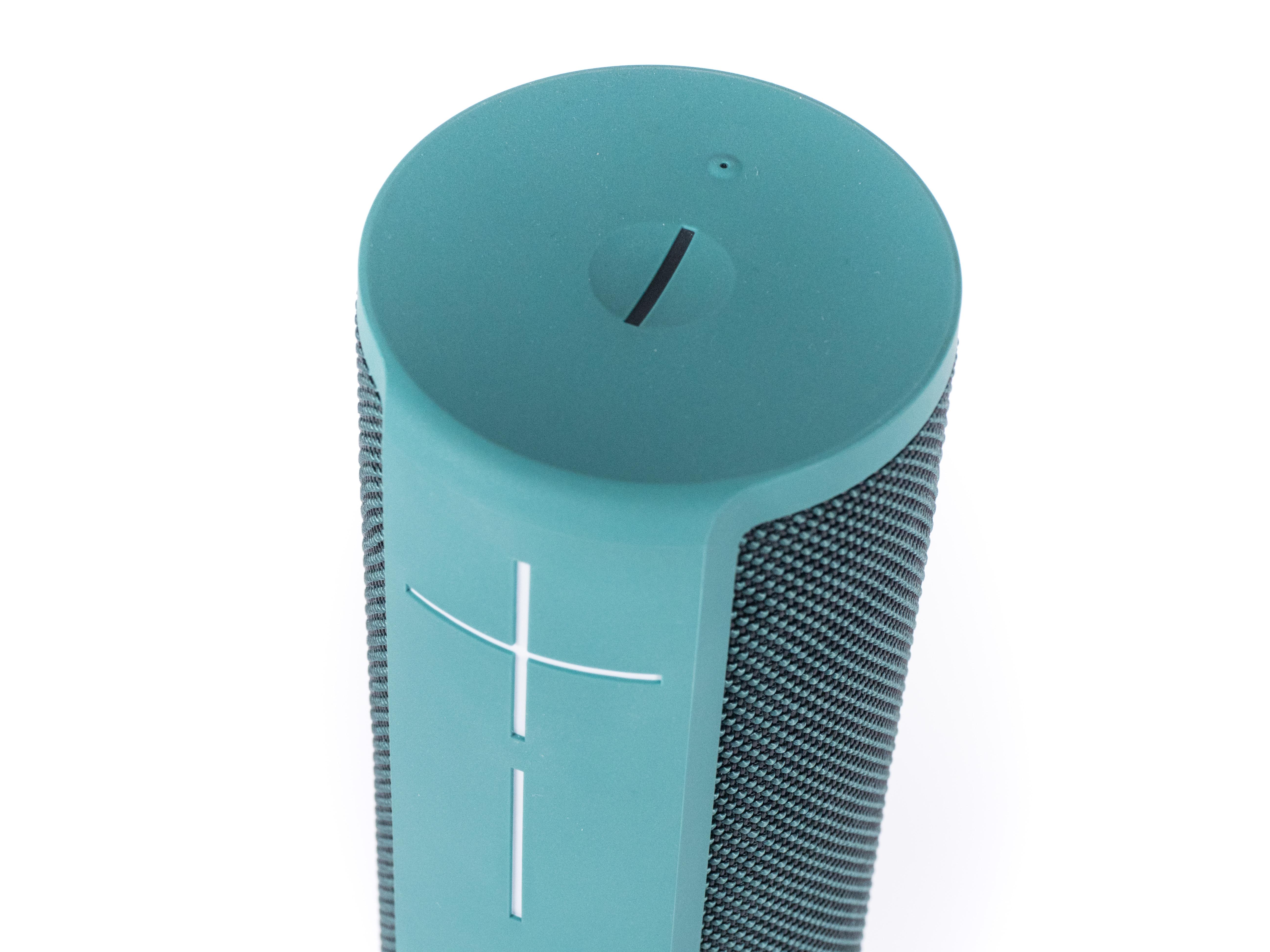 Alexa-Geräte und ihre Konkurrenz im Test: Der perfekte smarte Lautsprecher ist nicht dabei - Oben gibt es nur eine Ein-Aus-Taste und eine Bluetooth-Taste, aber keinen Pause- und keinen eigenen Stummschalter. (Bild: Martin Wolf/Golem.de)