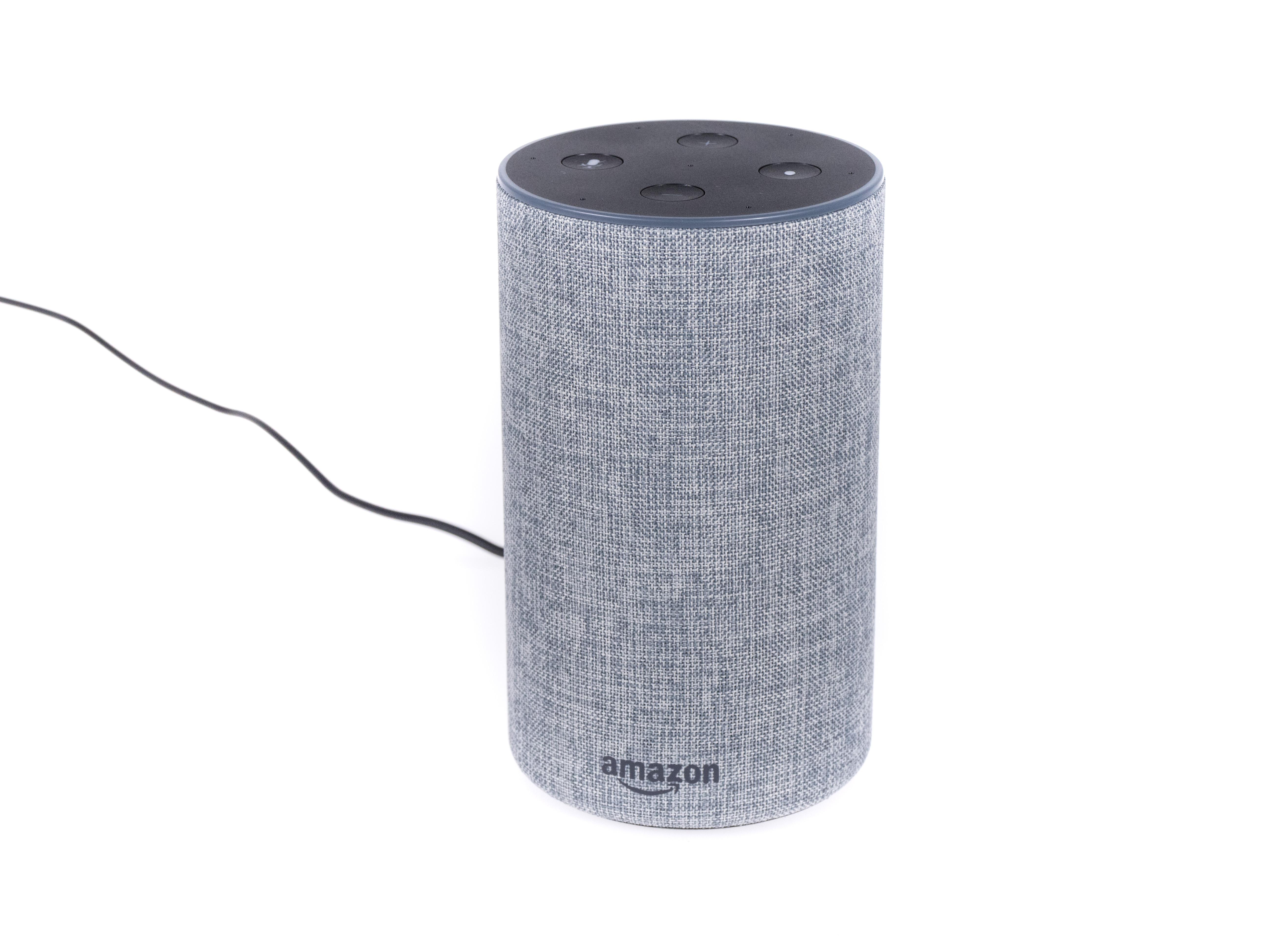 Alexa-Geräte und ihre Konkurrenz im Test: Der perfekte smarte Lautsprecher ist nicht dabei - Amazons Echo 2 ist kleiner als die anderen Echo-Lautsprecher. (Bild: Martin Wolf/Golem.de)