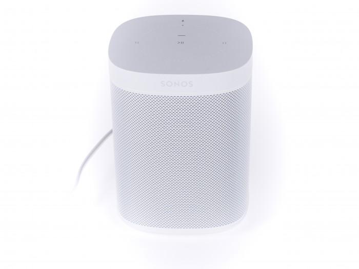 Der One von Sonos läuft mit Alexa und hat einen knackigen Bass. (Bild: Martin Wolf/Golem.de)