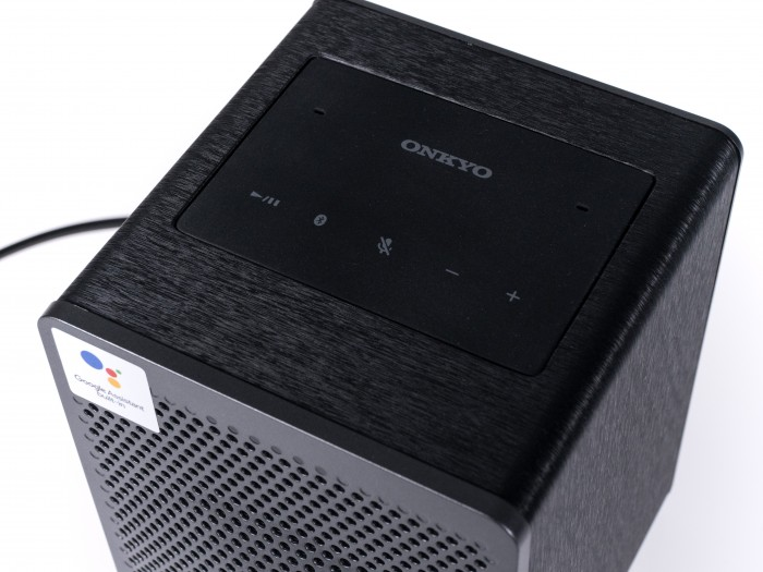 Der G3 ist der einzige Google-Assistant-Lautsprecher, der den Stummschalter nicht auf der Rückseite versteckt. (Bild: Martin Wolf/Golem.de)