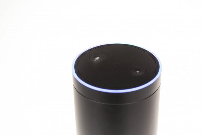 Der Leuchtring der Echo-Lautsprecher ist immer gut erkennbar und die Echo-Mikrofone hören gut zu. (Bild: Martin Wolf/Golem.de)