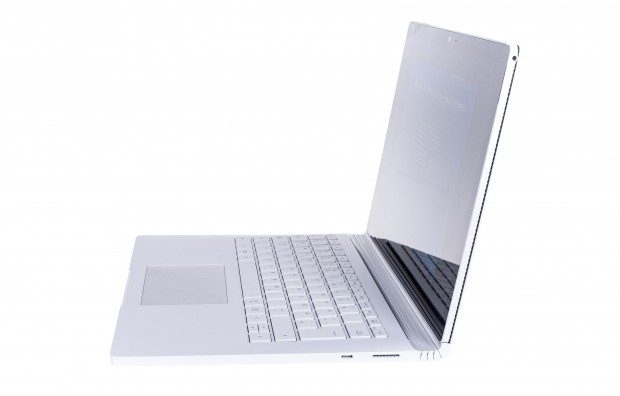 Microsoft verbaut eine USB-C-Buchse. (Foto: Martin Wolf/Golem.de)