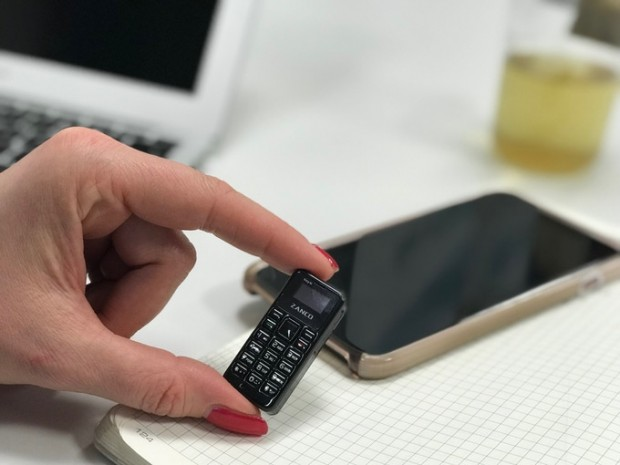 Das Tiny T1 im Vergleich zu einem Smartphone (Bild: Zanco)