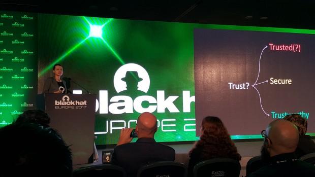 Auf der Black Hat Europe erklärt Joanna Rutokowska ihr Konzept von Vertrauen.(Bild: Kristian Kißling)