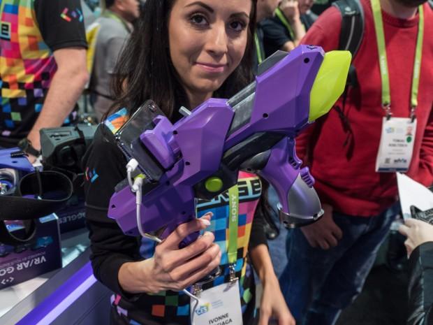 Der 6DoF Blaster von Merge VR (Bild: Martin Wolf/Golem.de)