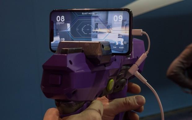 Der Nutzer ballert sich seinen Weg durch Robotergegner. (Bild: Martin Wolf/Golem.de)