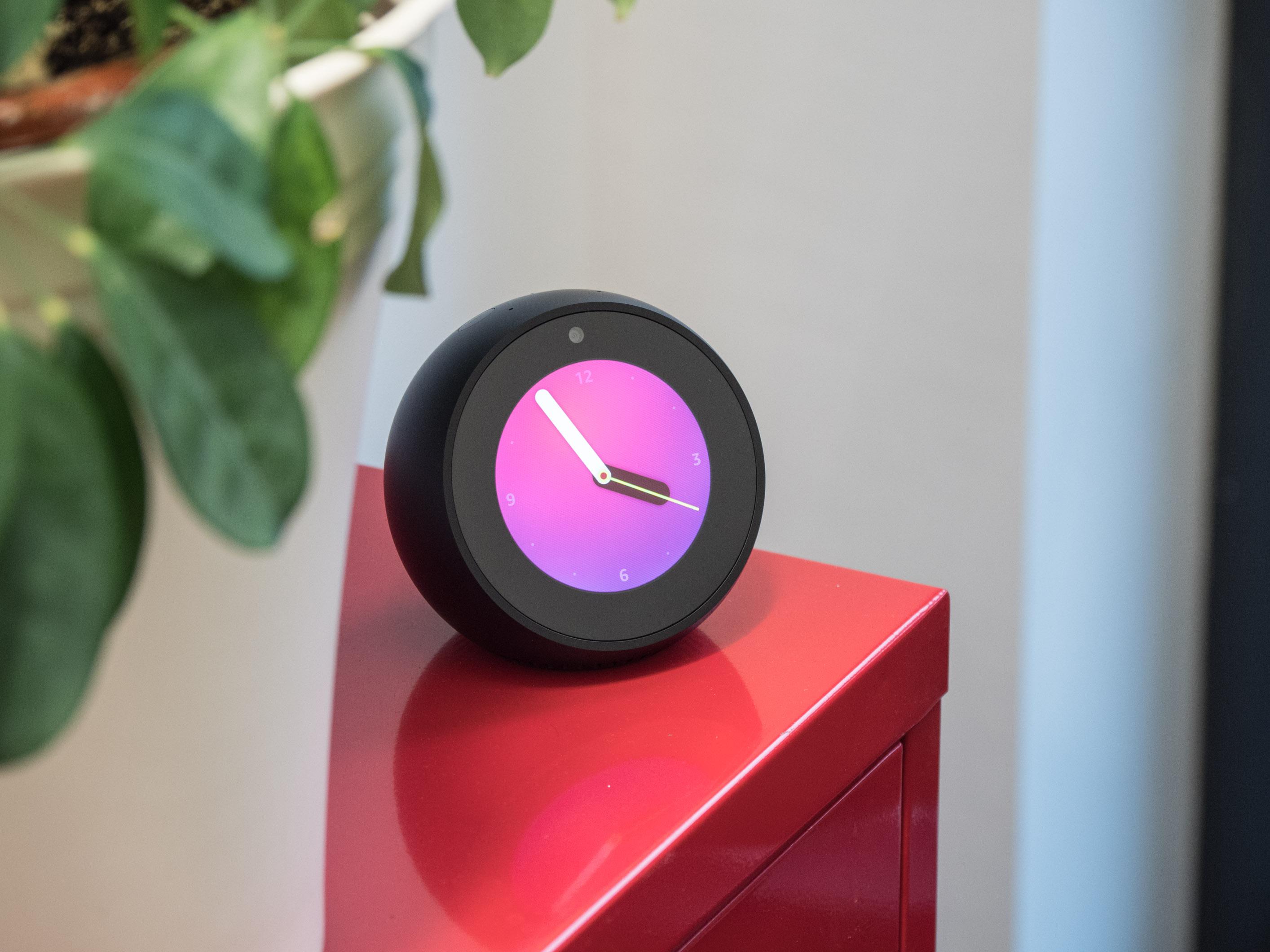 Amazons Echo Spot im Test: Alexa-Plapperball geht am Kundenbedarf vorbei - Amazons Echo Spot (Bild: Martin Wolf/Golem.de)