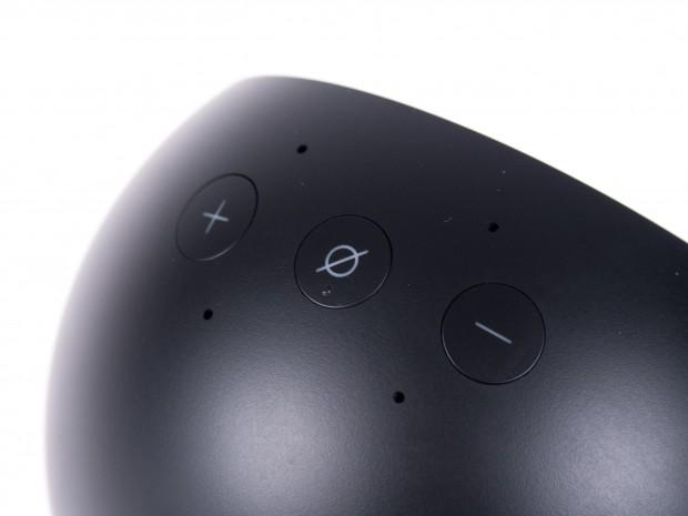 Echo Spot hat eine Stummschalttaste und zwei Lautstärketasten. (Bild: Martin Wolf/Golem.de)